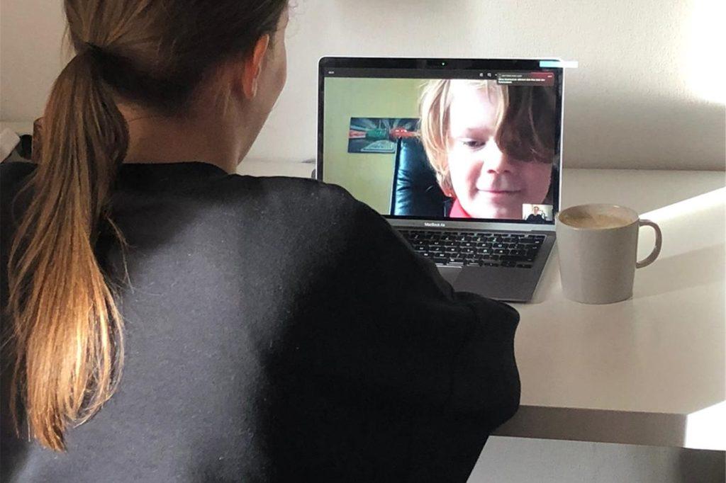 Zwei Mal pro Tag sehen Schüler an der Nicolaischule ihre Lehrkraft per Videokonferenz. Bei Nachfragen sind die Lehrer auch zwischendurch erreichbar – ein Endgerät bildet dabei aber eine Voraussetzung.