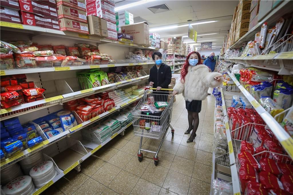 Mai Dorsch (r.)  und ihr Koch Fufu Li gehen zweimal die Woche im asiatischen Supermarkt Tain Kim Heng einkaufen.