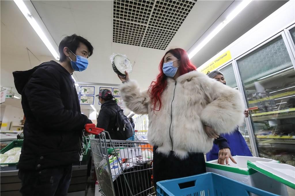 Im asiatischen Supermarkt kann man auch eine Wintermelone kaufen.