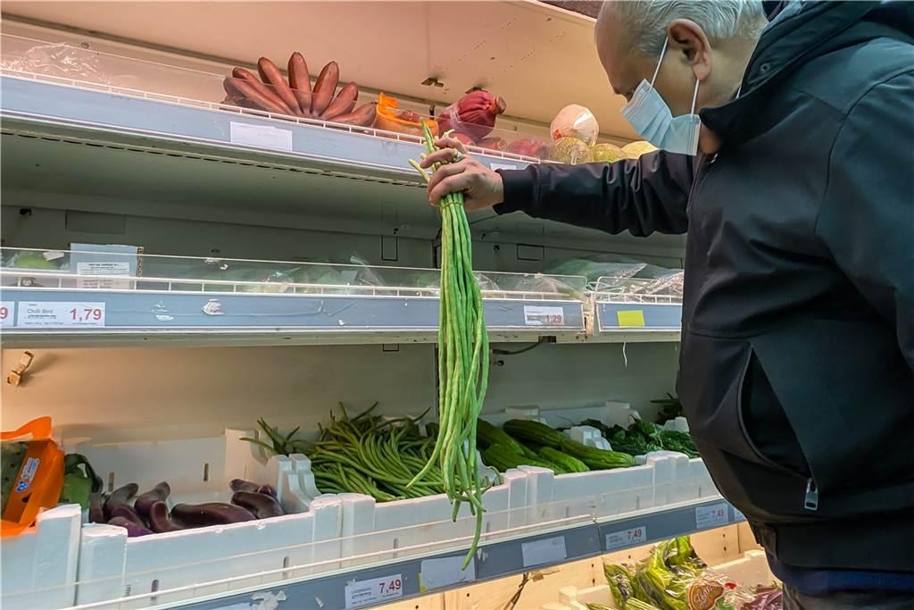 Im Supermarkt gibt es besonders lange grüne Bohnen.