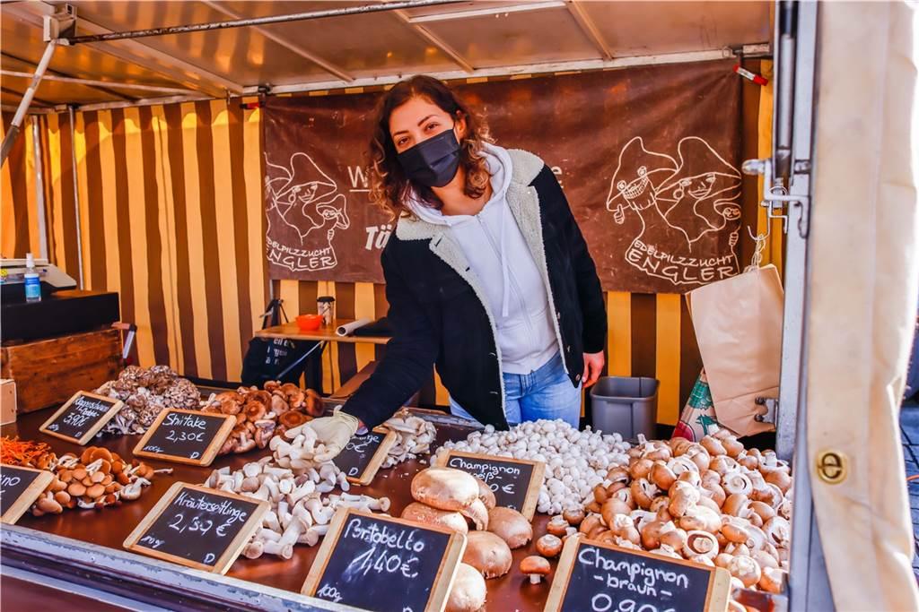 Nezahat Resumi bietet an ihrem Stand verschiedene Pilz-Spezialitäten wie Maitke oder auch Klapperschwamm an.