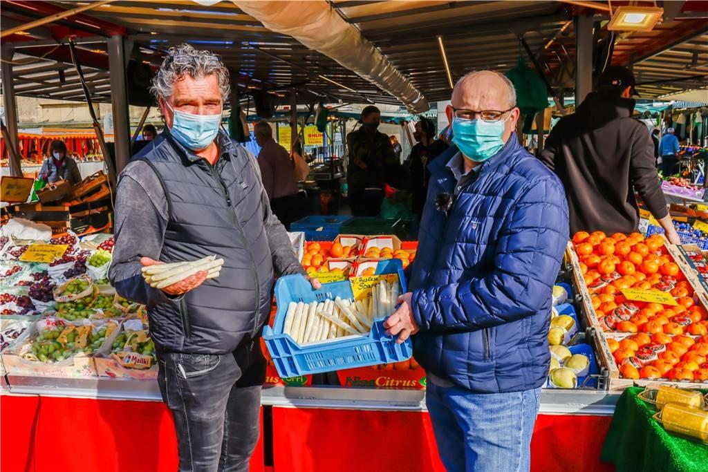 Marktsprecher Niels Schulte und Koch Mario Kalweit freuen sich, den ersten Spargel in diesem Jahr in der Hand zu haben.
