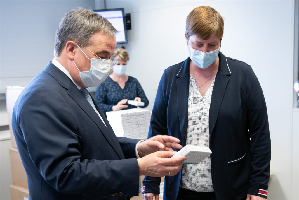 Armin Laschet (CDU,l), Ministerpräsident von Nordrhein-Westfalen, besichtigt die Produktion der Firma Nal von Minden.