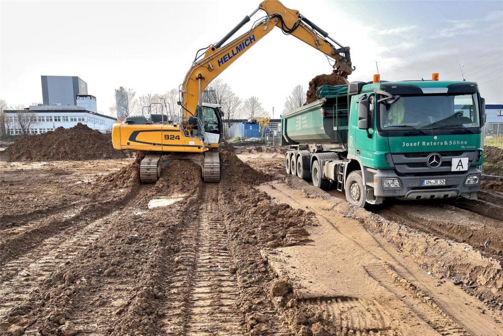 Eine Baufirma mit Sitz in Dinslaken ist mit dem Bau des Umschlagplatzes beauftragt. Bis Ende Juli soll er fertig sein.