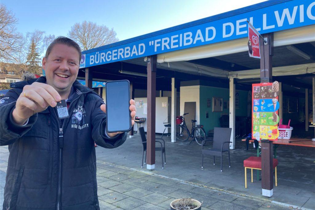 Dirk Weise, Geschäftsführer des Freibad Dellwig, versucht indes das Freibad anders auf dem technischen Wege auf die Saison vorzubereiten. Die Luca-App auf Handy oder per Schlüsselanhänger soll dabei unnötigen Papierkram ersparen.