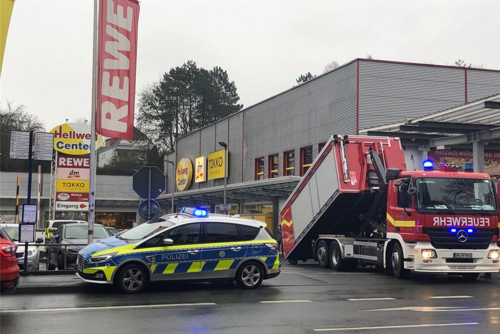 Der Parkplatz des Hellweg-Centers ist für die Einsatzfahrzeuge gesperrt, in dem REWE-Markt läuft der Betrieb aber ganz normal weiter.