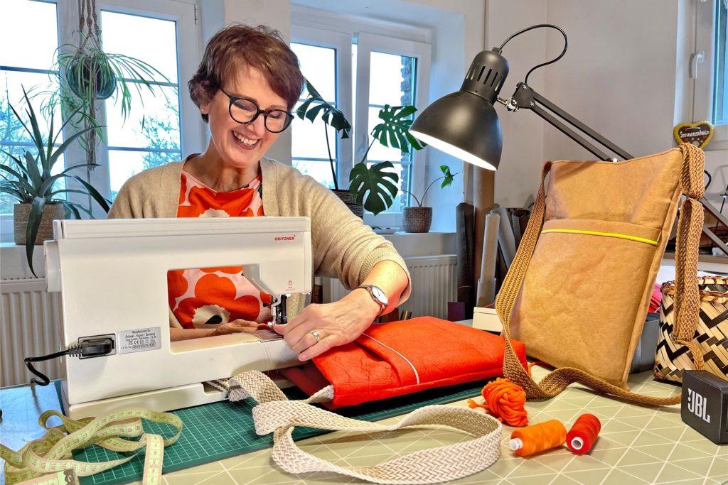 """Dagmar Knappkötter-Esch stellt unter dem Namen """"Applebeach"""" mitunter Taschen verschiedenster Größen aus Ananas-Fasern her."""
