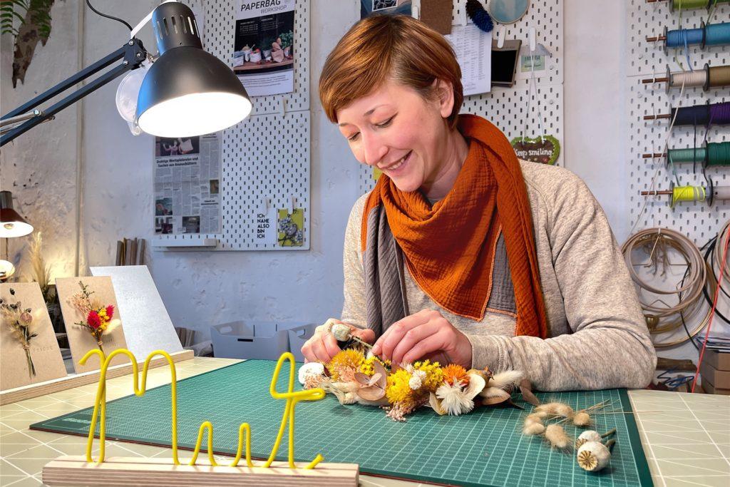 Nicole Kasan biegt Wörter aus Draht oder erarbeitet neuerdings auch aus Trockenblumen kunstvolle Gestecke.