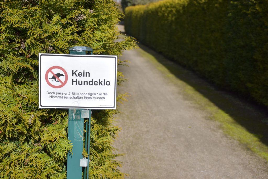 Kein Hundeklo: An den Wegenden haben die Anwohner jeweils ein Warnschild angebracht. Löchte