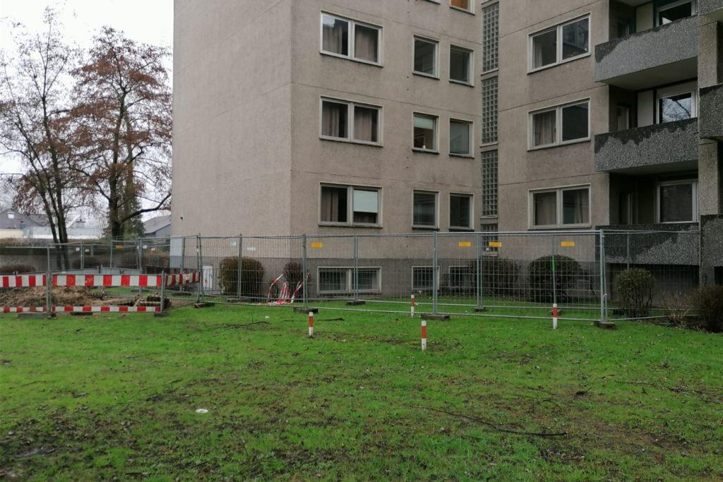 An der hinteren Seite des Hauses am Holtkamp in Werne steht nun ein Bauzaun. Die Lage unter den Bewohnern, die seit Freitag in Quarantäne sind, hat sich nach dem Einsatz der Polizei wieder beruhigt.