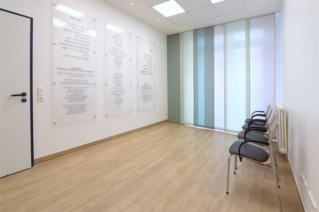 """Der """"Raum der Stille"""" im Christlichen Klinikum Unna-Mitte dient außerhalb von Corona-Zeiten als Rückzugsort für Menschen aller Religionen."""