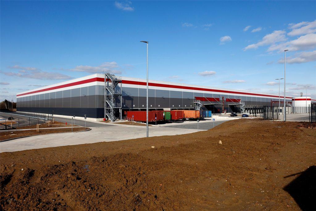 Das neue Logistikzentrum vom Zollpost aus betrachtet: 84.000 Quadratmeter stehen Tedi zur Verfügung. Nun ist die letzte Teilabnahme des Neubaus durch die Stadt Kamen erfolgt.