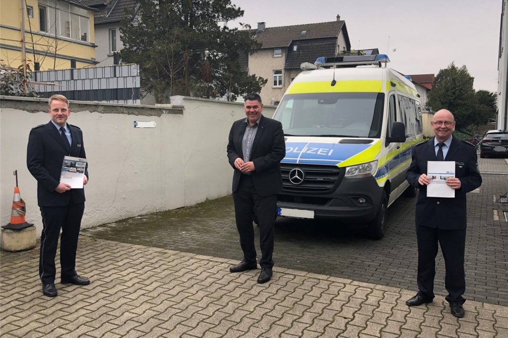Freuten sich über deutlich weniger Verkehrsunfälle im Jahr 2020: Der Leiter der Direktion Verkehr, Polizeioberrat Stephan Werning, Landrat Mario Löhr und der Abteilungsleiter Polizei, Leitender Polizeidirektor Peter Schwab (von links).
