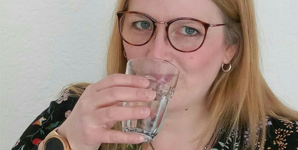 Nina aus Kamen testet für die Kamener Verbraucherzentrale Kraneberger. Zwei Wochen lang gibt es Wasser aus der Leitung – die Ergebnisse von 13 weiteren Testern werden danach ausgewertet.