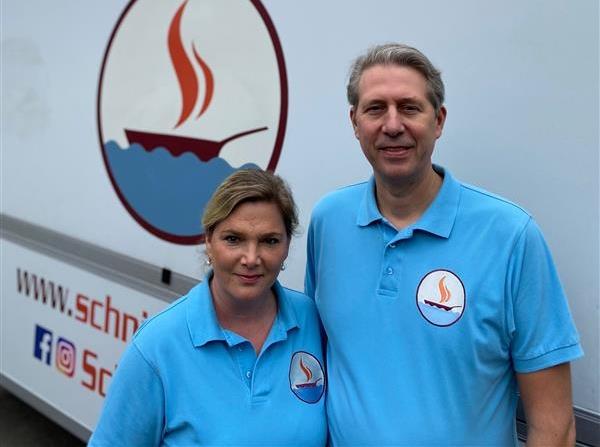Stefan und Tanja Schneider vor ihrem Imbisswagen.