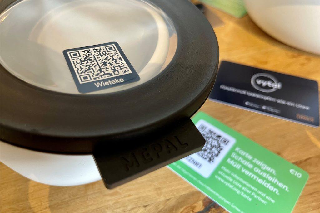 Durch den QR-Code auf dem Deckel der Schale lässt sich für jede Schale stets genau nachhalten, bei welchem Kunden sie sich gerade befindet.