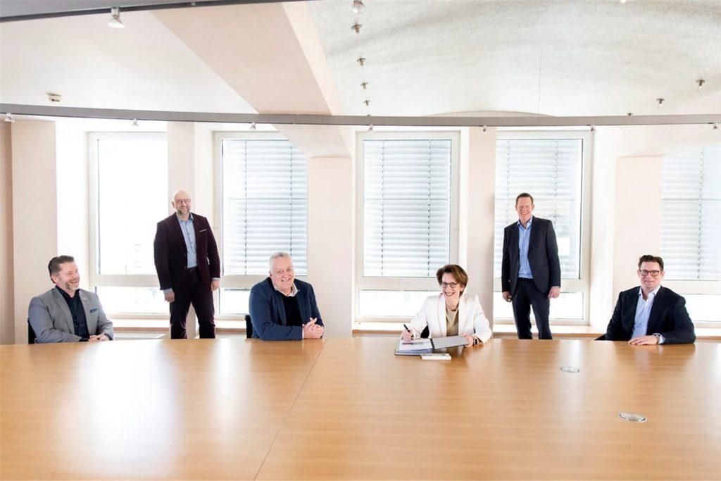 Bei der Unterzeichnung der strategischen Partnerschaft: (v.l.) Dirk van der Ven, Pascal Ledune und Gerben van Straaten von World of Walas mit Heike Heim, Sven Baumgarte und Dominik Gertenbach von DEW21.