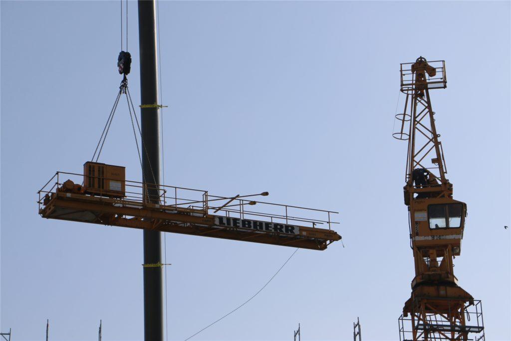 Der Kranausleger schwebt davon. Mit dem Mobilkran wird das Bauteil auf der Nordstraße abgesetzt und auf Sattelschlepper verladen.