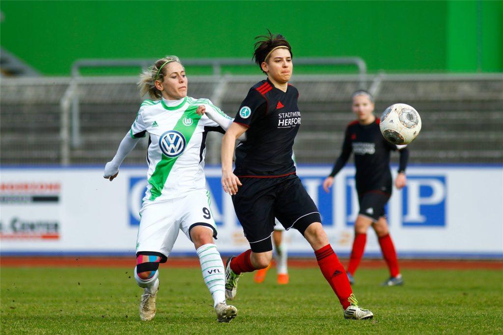 Nicu Burgheim (r.) war einst als Romina Burgheim in der Frauen-Fußball-Bundesliga aktiv.