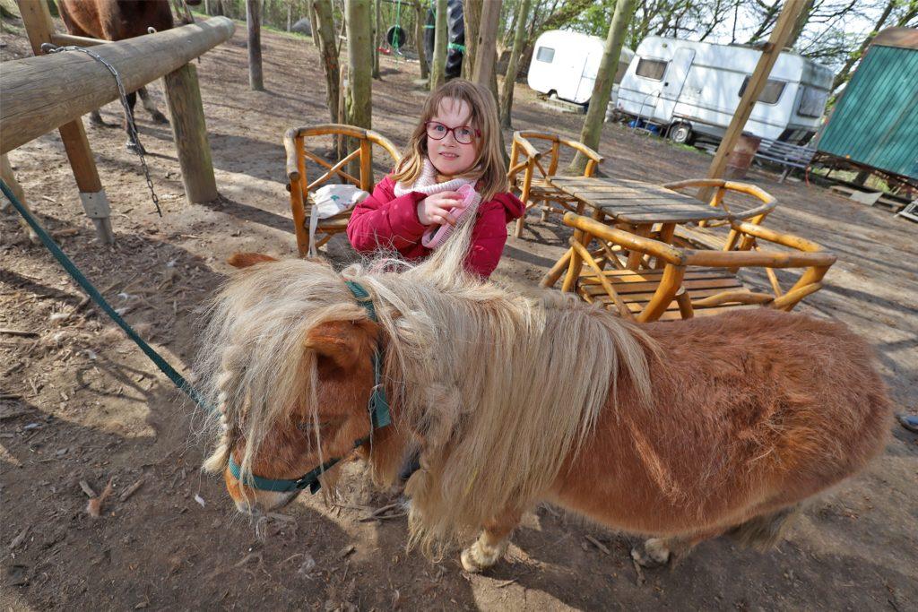 Emily ist traurig, dass sie die Pony-Ranch nicht mehr besuchen darf. In für Kinder schwierigen Corona-Zeiten hat sie einen Ausgleich und eine Aufgabe gefunden.
