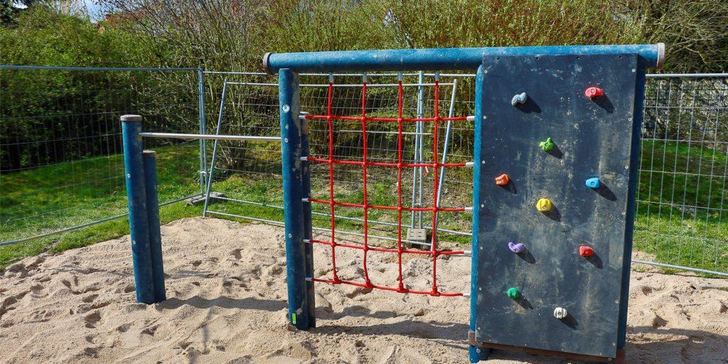 Das neue Gerüst auf dem Spielplatz an der Kuhbachtrasse ist schon da, geklettert werden darf noch nicht. Auf anderen Spielflächen klafft noch eine Lücke.