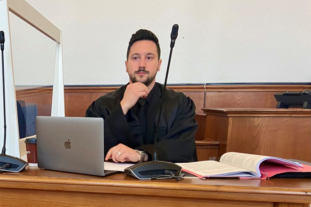 Rechtsanwalt Hami Civil gab für den Angeklagten eine Erklärung ab.