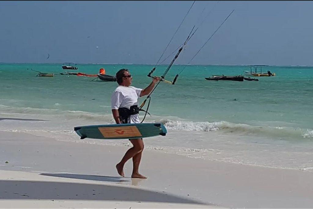 """""""Gerade noch auf dem Brett – und zwei Monate später auf der Intensivstation"""": Oliver Ritter beim Kitesurfen in Sansibar."""