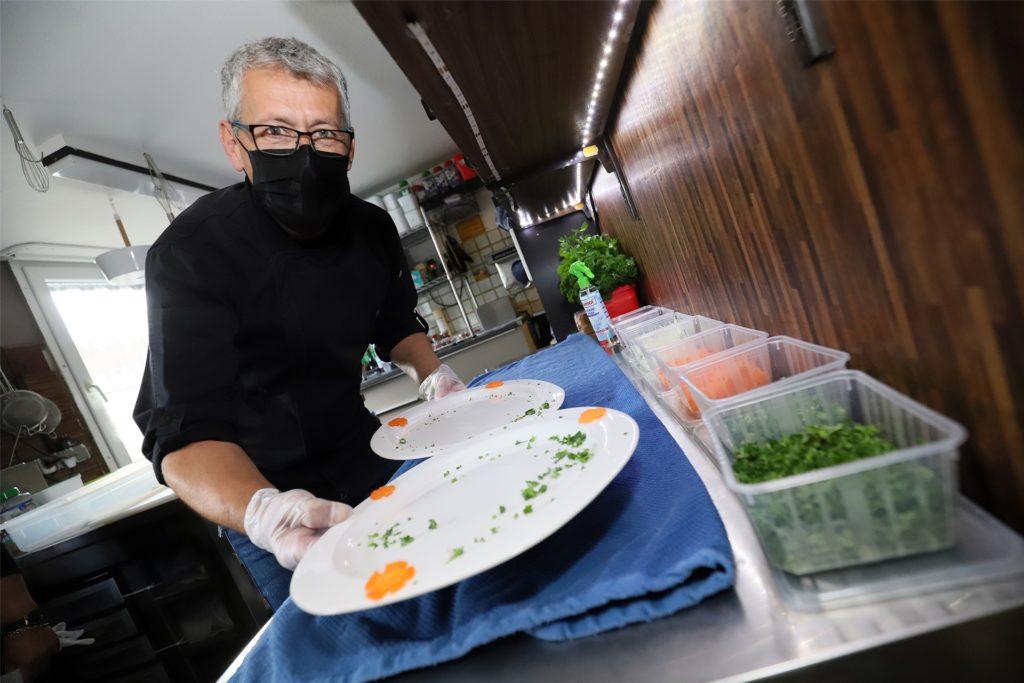 Ullrich Neumann, Gastwirt in Westick, ist weniger betroffen von der Ausgangssperre. Seine Kunden bestellen jetzt vor allem Spargel – vor 21 Uhr.