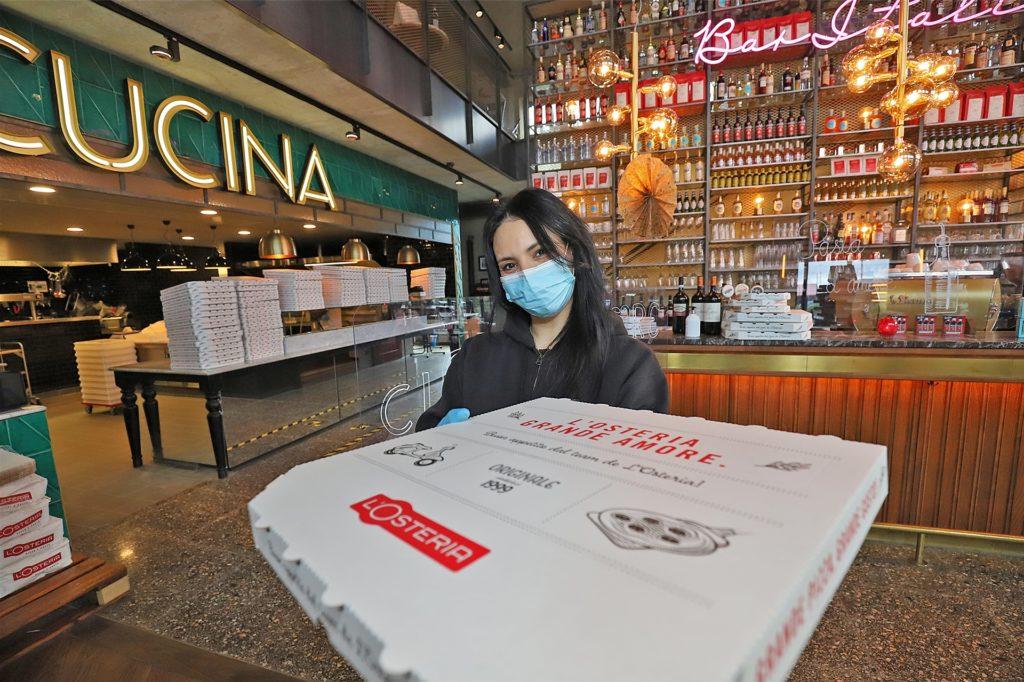 Ikram Benhachem von der Kamener L'Osteria gibt ab 21 Uhr keine Pizza mehr am Restaurant aus. Der Fiat 500 zur Auslieferung fährt aber weiter.