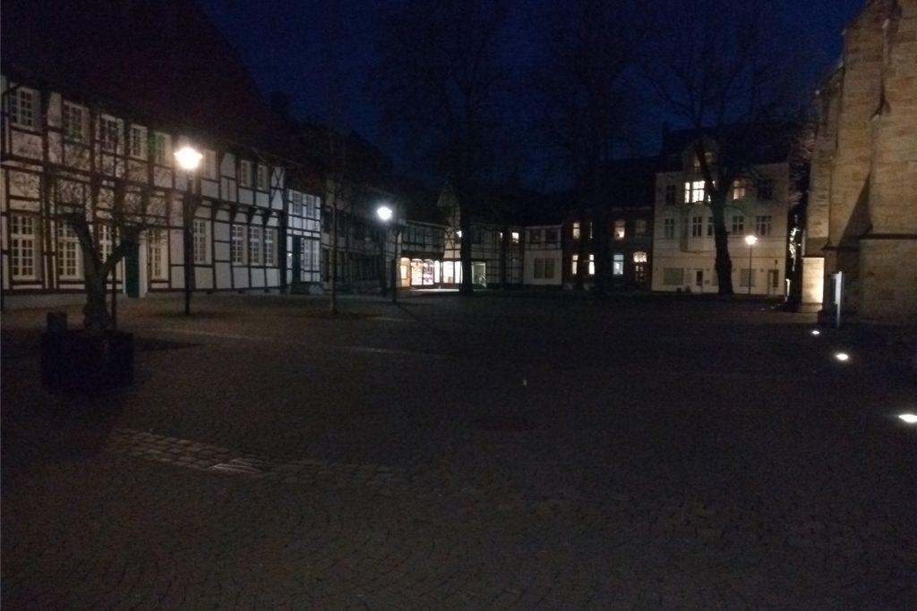 Alles ist dunkel in der Werner Innenstadt. Kaum jemand ist unterwegs.