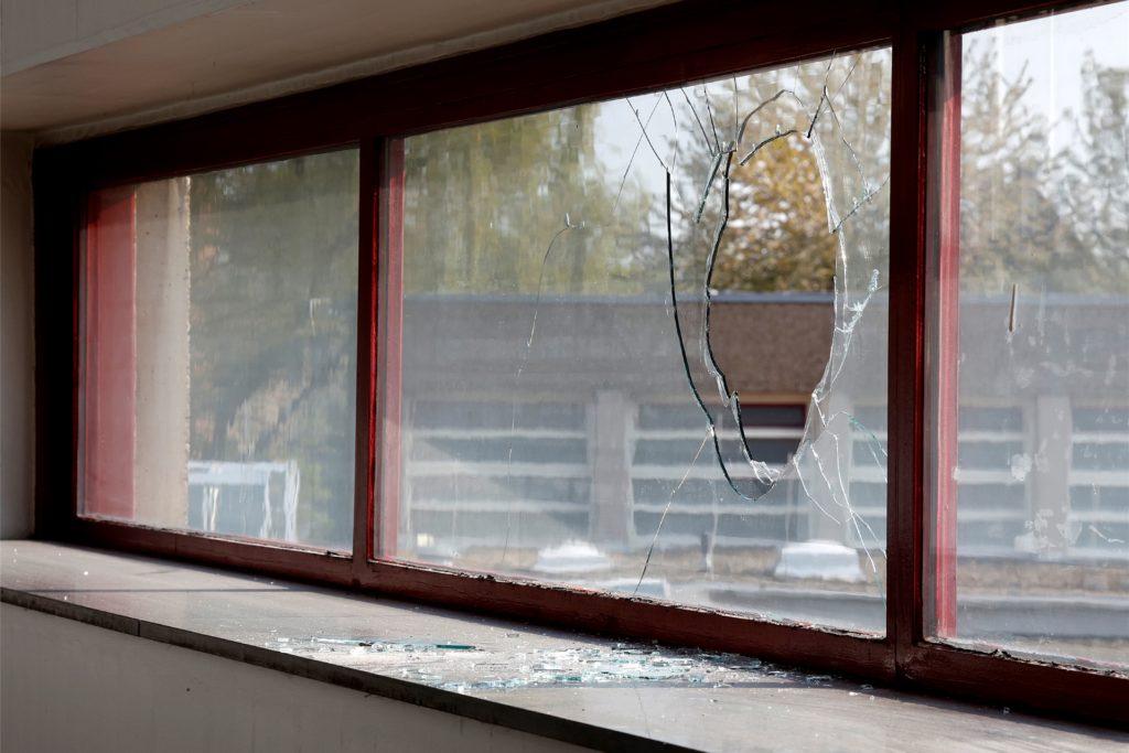 Die Pflastersteine haben die Doppelverglasung am Gymnasium Kamen  durchschlagen und richteten auch im Inneren der Schule Schaden an.