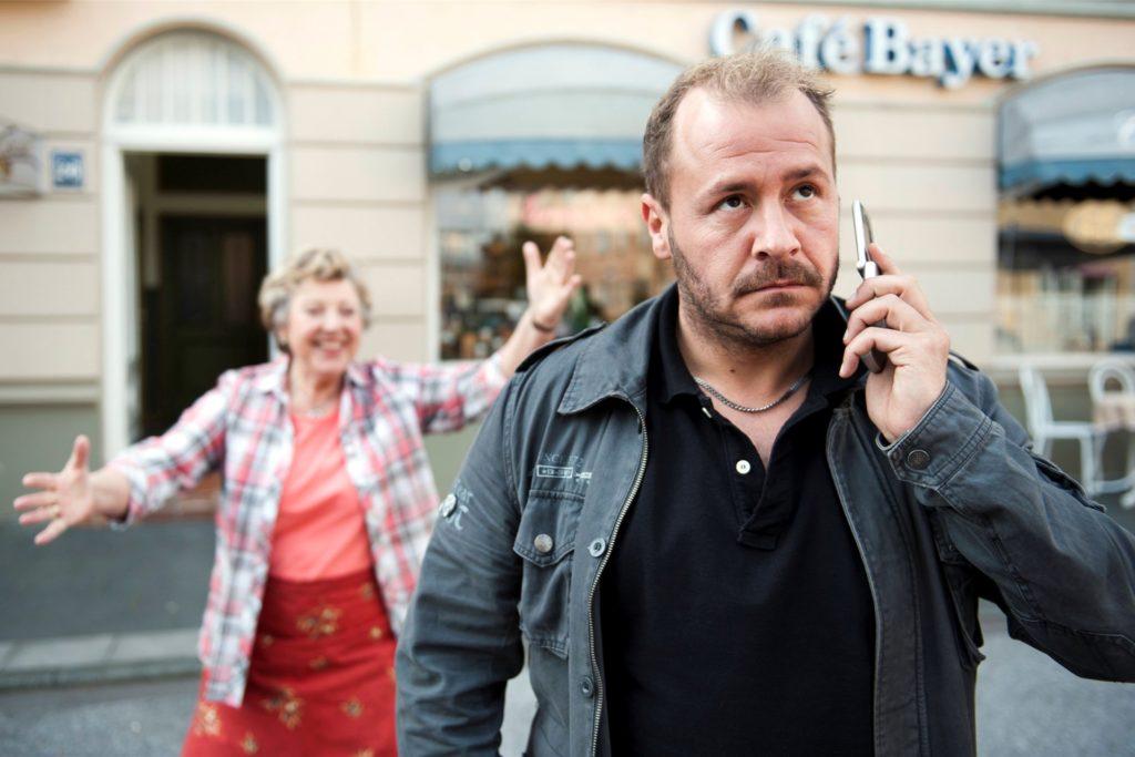 """Große Bekanntheit erlangte Willi Herren als Oliver Klatt in der Fernsehserie """"Lindenstraße"""". Hier ist er zusammen mit Marie-Luise Marjan als Helga in der Folge 1391 «Ollilympia» von 2012 zu sehen."""