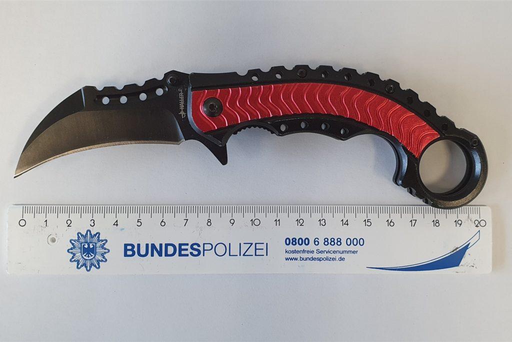 Der 18-Jährige aus Dormagen führte ein Karambit Messer mit sich.