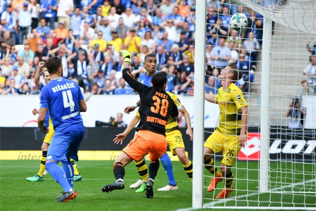 Roman Bürki und Lukasz Piszczek schauen dem Ball hinterher. Pavel Kaderabek trifft gerade zum 3:1 für Hoffenheim.