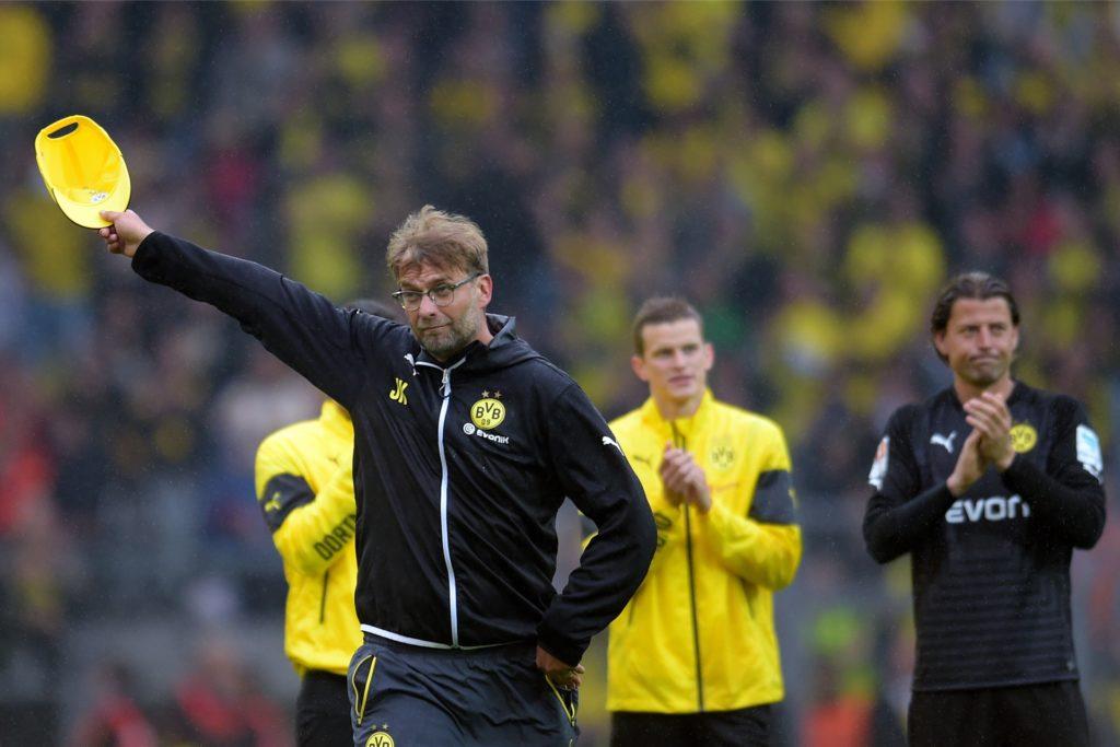 Jürgen Klopp verabschiedet sich nach dem Spiel gegen Bremen von den BVB-Fans.