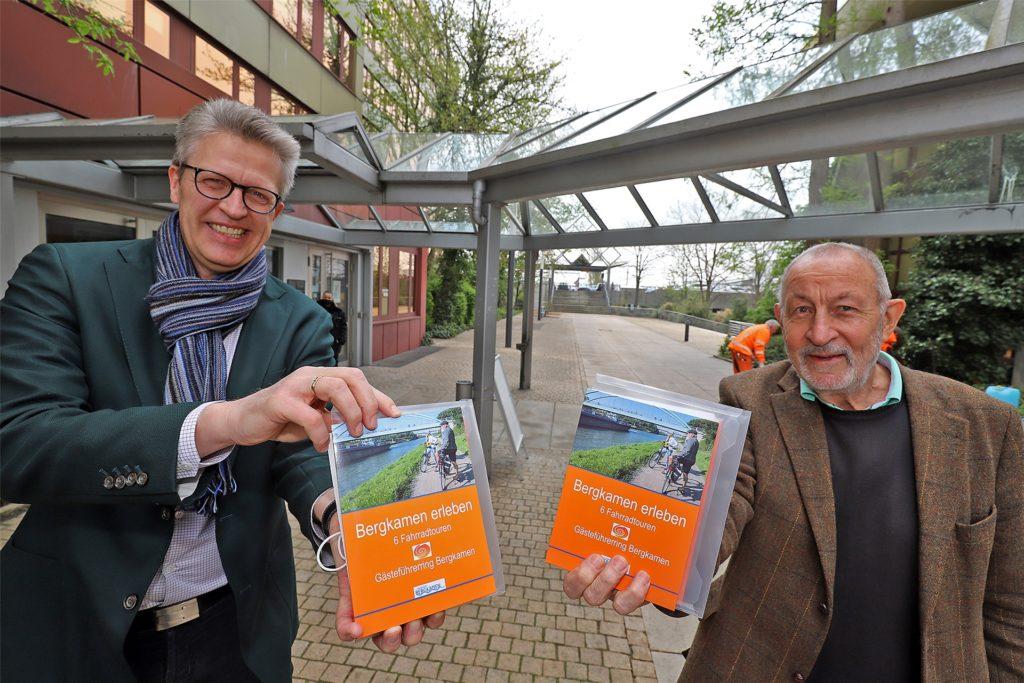 Stadtführer Klaus Holzer (r.) ist für Idee und Konzept des Stadtführers verantwortlich, den er jetzt zusammen mit dem Bergkamener Bürgermeister Bernd Schäfer präsentierte.