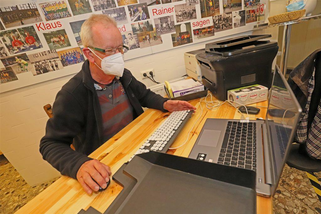 Klaus Poddig am Computer, um Personalien aufzunehmen und die Schnelltest-Bescheinigung zu versenden. Das Schnelltestzentrum in Methler ist zu Öffnungszeiten immer mit fünf Kräften besetzt.