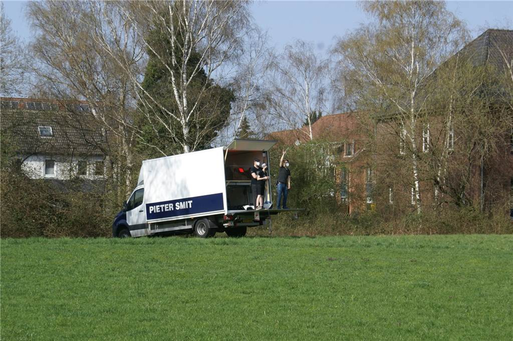 Der Geräte-Truck von Pieter Smit, einem niederländischen Geschäftspartner von Smartlite-Chef Konrad Pestkowski, ist auf der Wiese nördlich vom Förderturm positioniert.