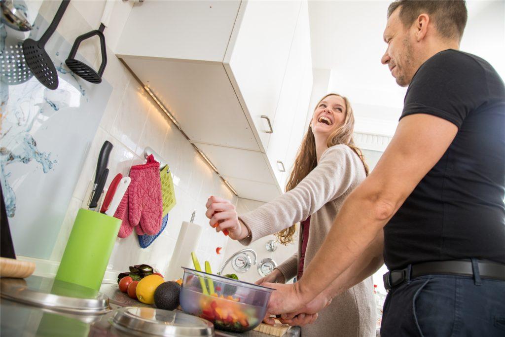 Der Ernährungsplan steht. Nun geht es ans Zubereiten. Spaß macht es zu zweit oder mit der ganzen Familie.