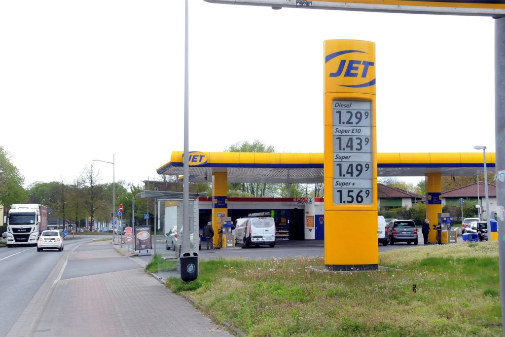 An der großen Anzeigesäule am Straßenrand orientieren sich in der Regel die Autofahrer, wenn sie sich eine Tankstelle aussuchen. Diese Preise zeigte sie am Montagnachmittag (3.5.) gegen 15.30 Uhr bei Jet.
