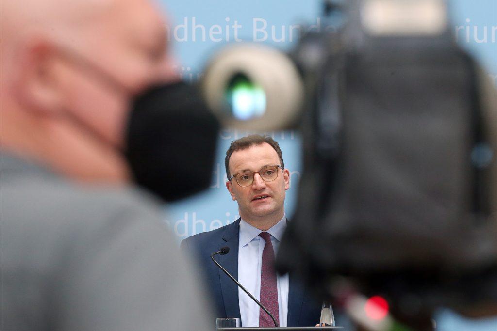 Das Corona-Kabinett habe am Montag über eine Änderung der Einreiseverordnung gesprochen, sagte Gesundheitsminister Jens Spahn (CDU) in Berlin.