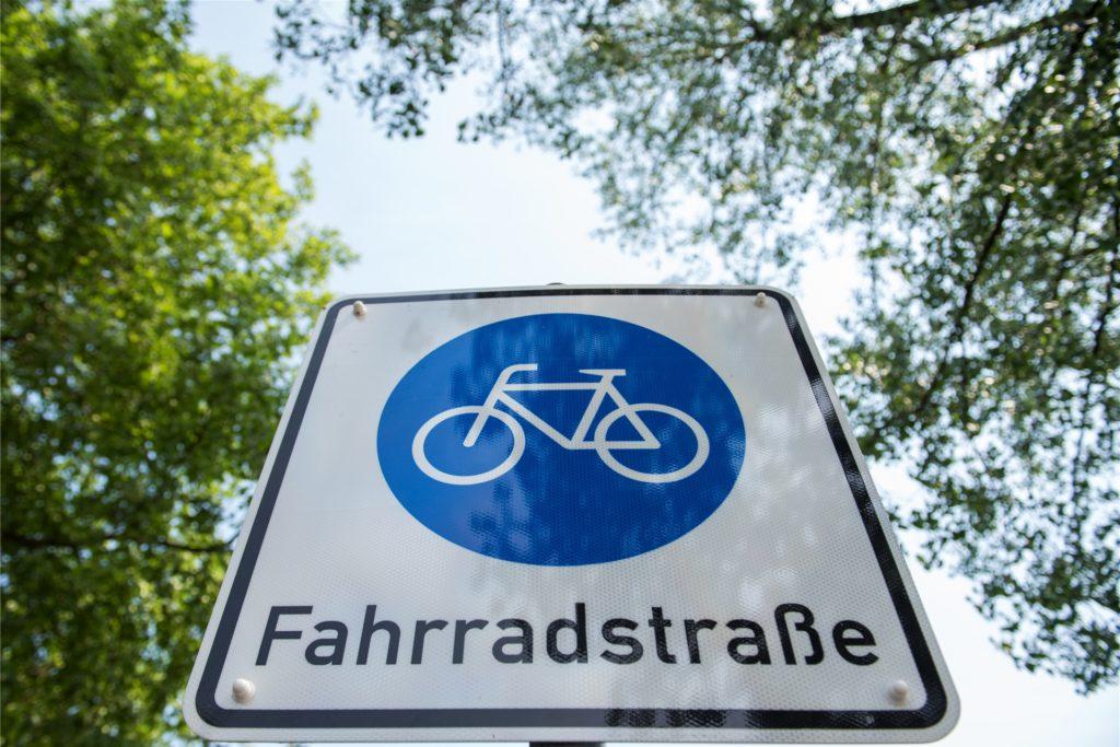 Die Fahrradstraße soll die Attraktivität des Radverkehrs steigern und Vorteile gegenüber dem Kraftfahrzeugverkehr schaffen. Radler sind gleichberechtigt gegenüber dem motorisierten Verkehr unterwegs.