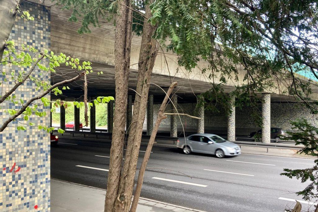 Die Mosaikmuster unter der Brücke über die B1 sind einer Erinnerung an die 1950er Jahre.