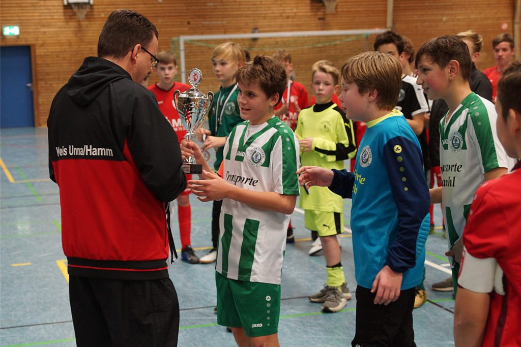 Kreis-Jugend-Obmann Thomas Trahe (links) nimmt hier die Siegerehrung bei Hallenkreismeisterschaften vor.