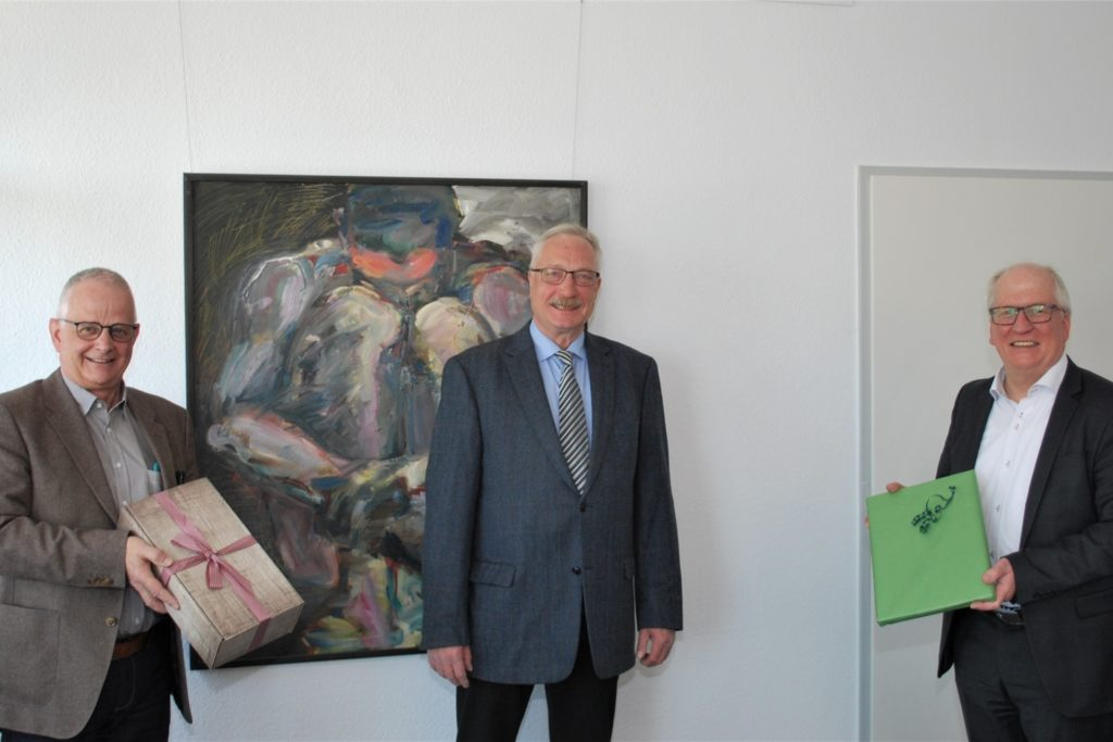 Offiziell verabschiedet wurde Frank Fischer (Mitte) am Mittwoch (28. April) von Kulturdezernent Horst Müller-Baß (r.) und Fachbereichsleiter Jürgen Grundmann (l.).