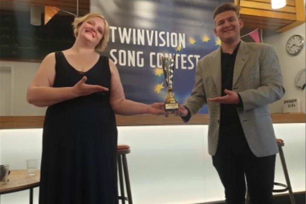 Bianca Elting (l.) und Philip Huijps (r.) präsentieren den Pokal, den sie der Gewinnerin überreichen werden.
