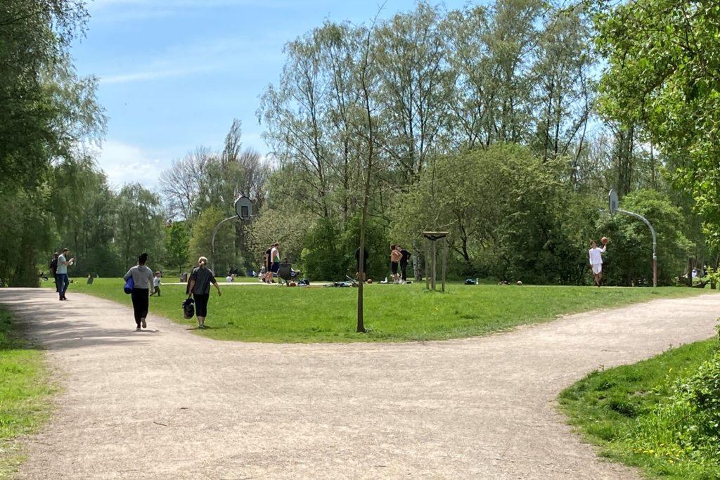 Kontaktsport ist in Dortmund wegen der Inzidenz über 100 aktuell nicht erlaubt. Der Basketball-Platz im Tremoniapark wurde dennoch genutzt.