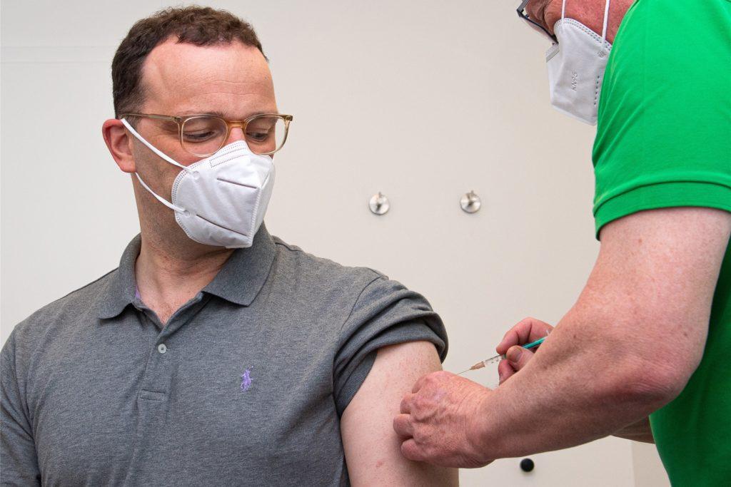 Jens Spahn (l, CDU), Bundesminister für Gesundheit, wird in der Hausarztpraxis von Volker Schrage (r) mit dem Impfstoff AstraZeneca geimpft. Dieses ist seine erste Impfung gegen das Coronavirus.