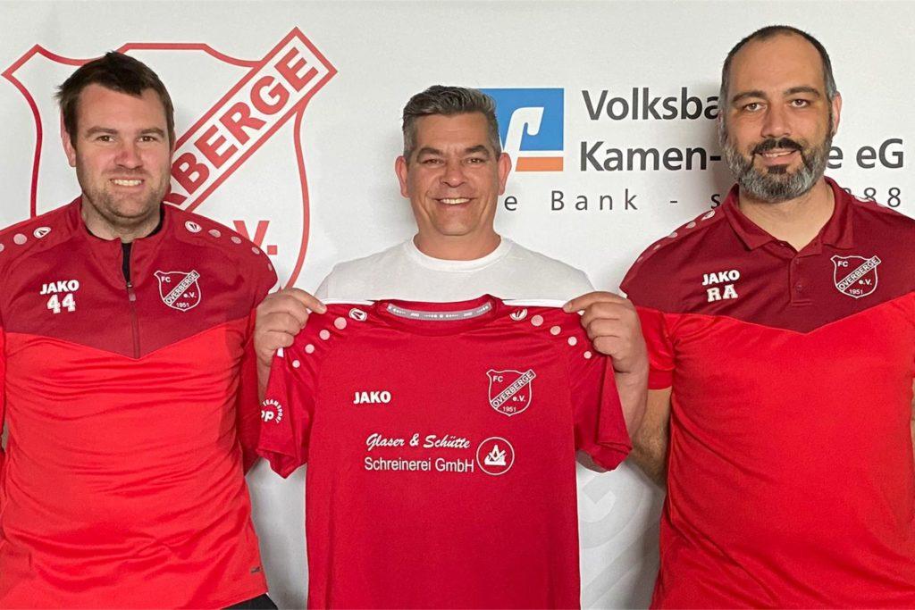 Ein neuer Trainer für die U19-Junioren des FC Overberge ist gefunden: Der Sportliche Leiter Daniel Knapp (li.) und Recep Alkan (re.) begrüßen Markus Misdziol an der Hansastraße.