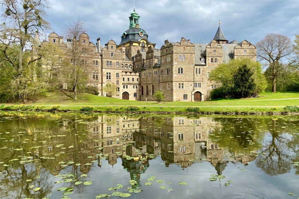 """Als das Schloss das erste Mal im 13. Jahrhundert in den Büchern Erwähnung findet, trägt es den Namen """"buckeborch"""" und war von nicht so imposanter Gestalt wie heute. An den Wohn- und Wehrturm sind im Laufe der Jahrhunderte zahlreiche Flügel und Gebäudeteile angebaut worden."""